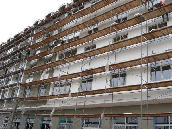 рамные строительные леса при отделке фасада